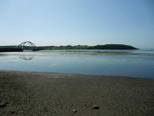 水辺の向こうに橋