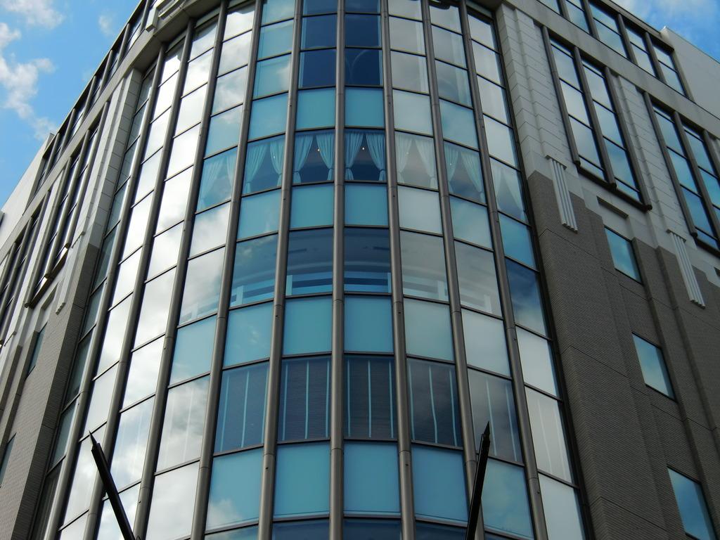 ブルーの窓のビル