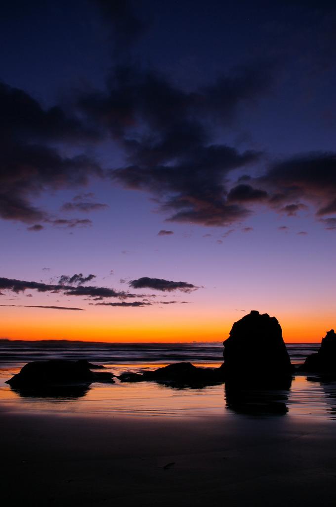 夜明けを待つ岩