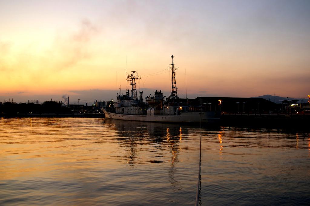 夕暮れの巡視船