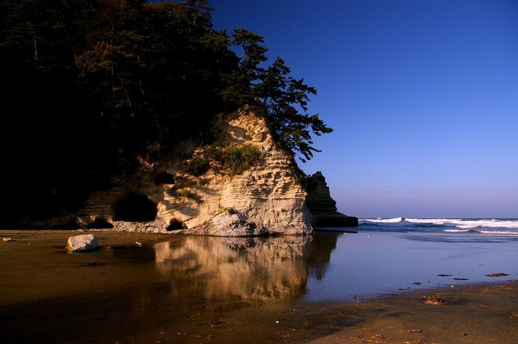 砂浜に注ぐ川