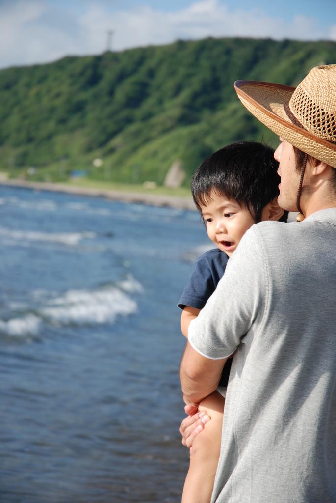 波を見る親子