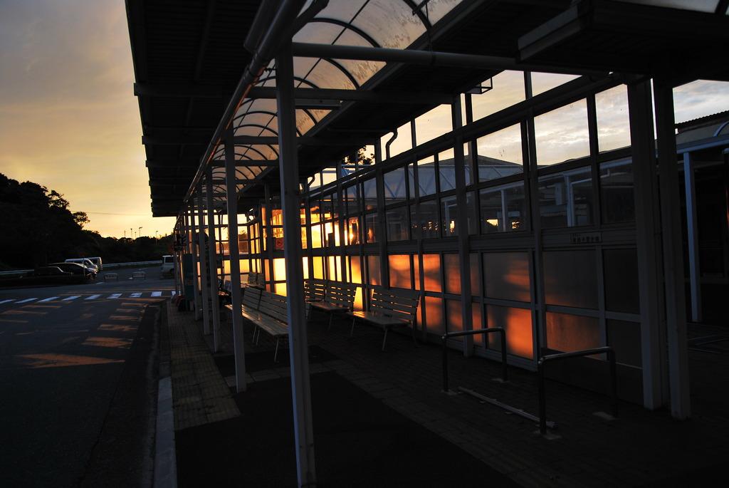 夕日のバス停