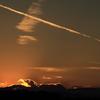 飛行機雲の名残がある夕景