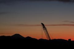 クレーンと富士のある夕景