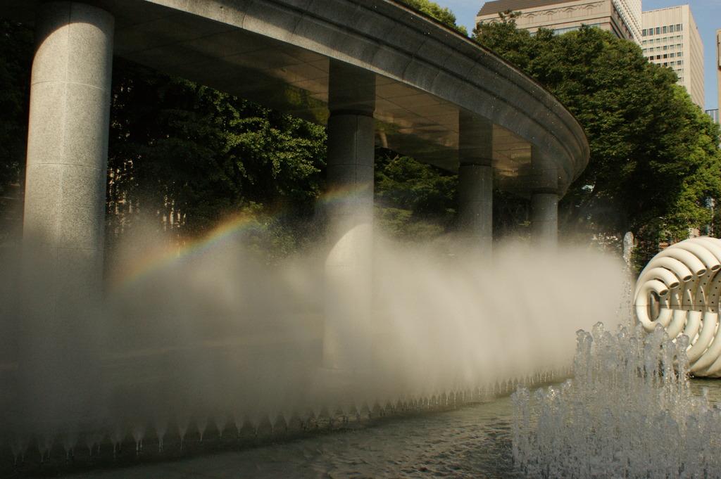 虹色と噴水