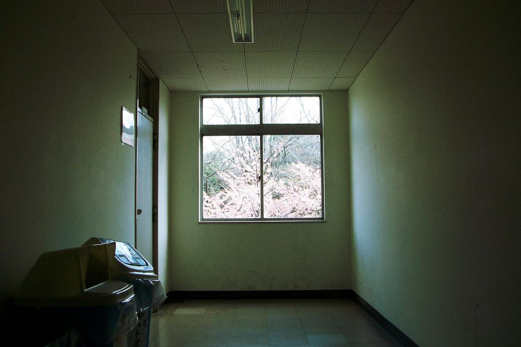校舎内の窓
