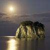 満月に照らされる