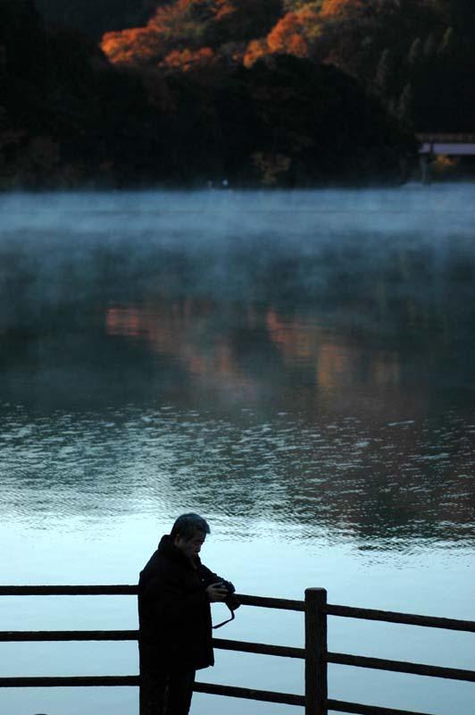 朝靄と湖とカメラマン