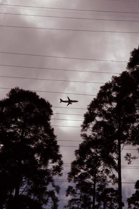送電線と飛行機