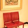 絵の下の椅子