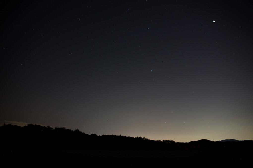 山並みと星空