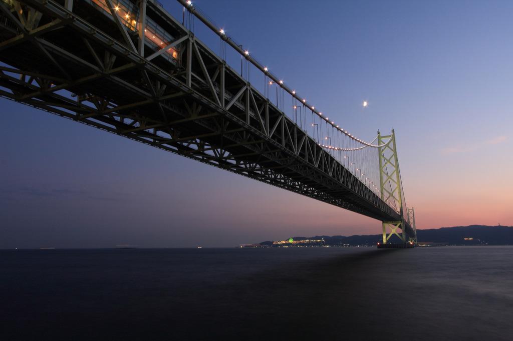 夕暮れの明石海峡大橋