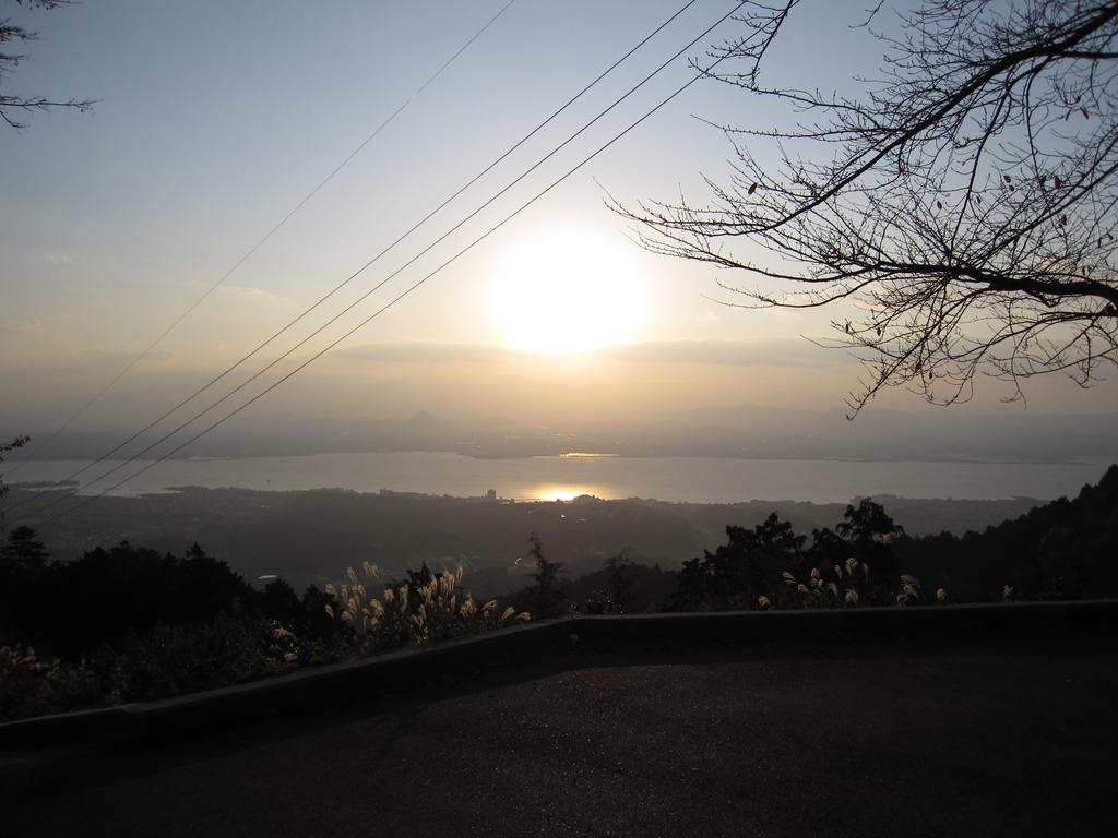 朝日に照らされる琵琶湖