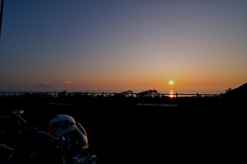 海に浮かぶ 夕日と利尻富士