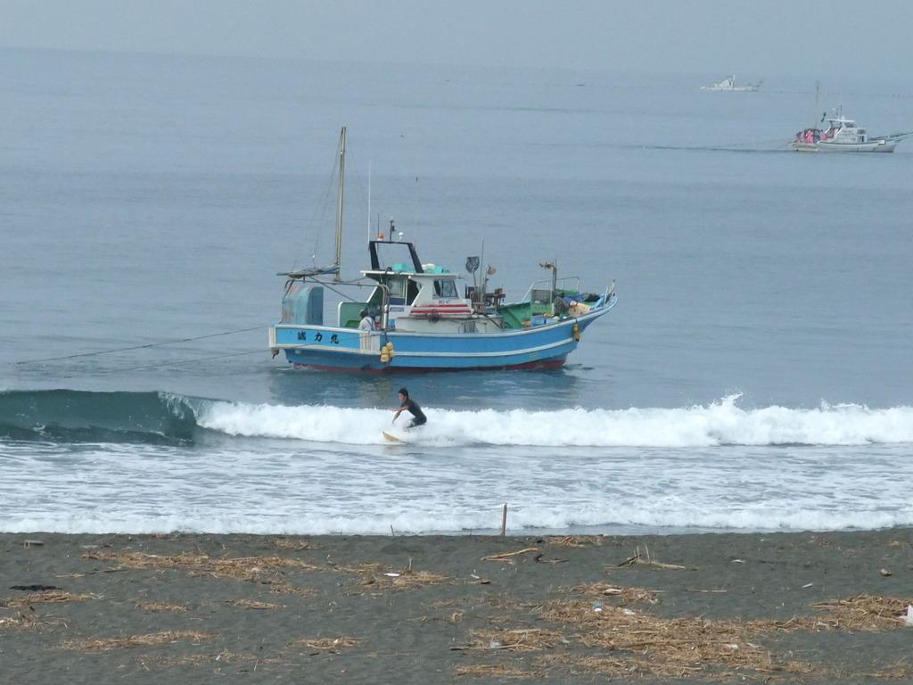 サーファーと戯れる漁船、誠力丸1
