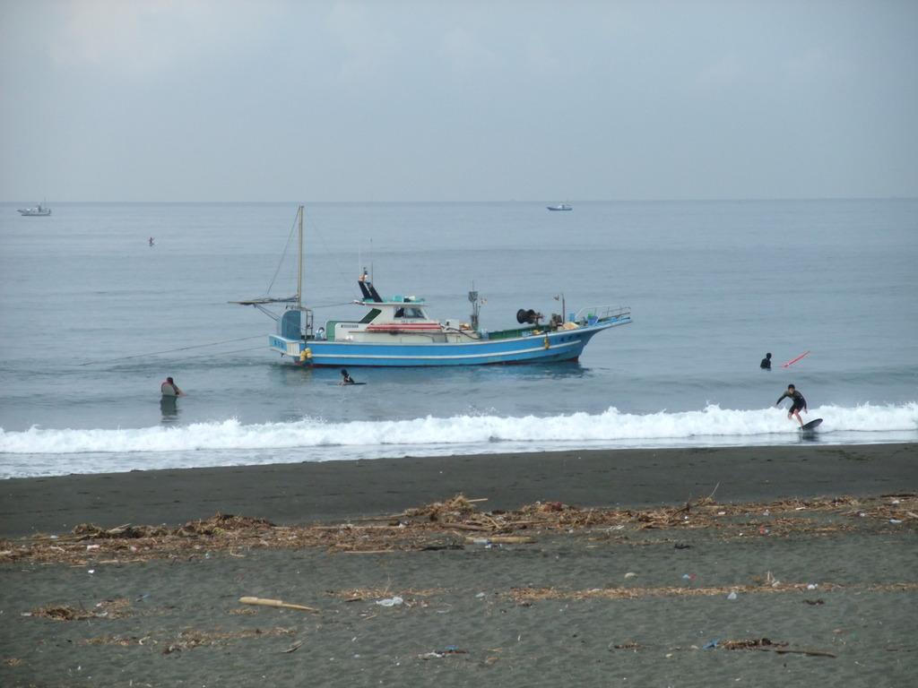 サーファーと戯れる漁船、誠力丸3