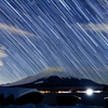富士に降り注ぐ星跡