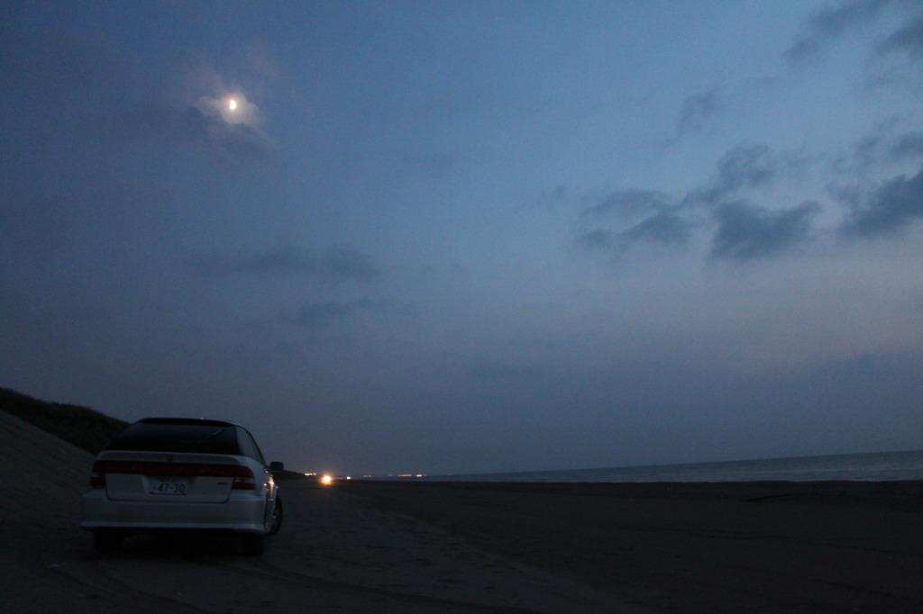 月と浜とアコードワゴン
