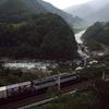 貨物列車と木曽川(寝覚の床)