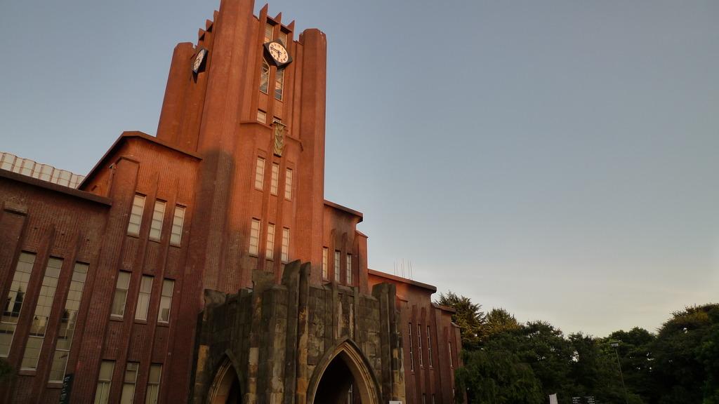 夕日に染まる安田講堂