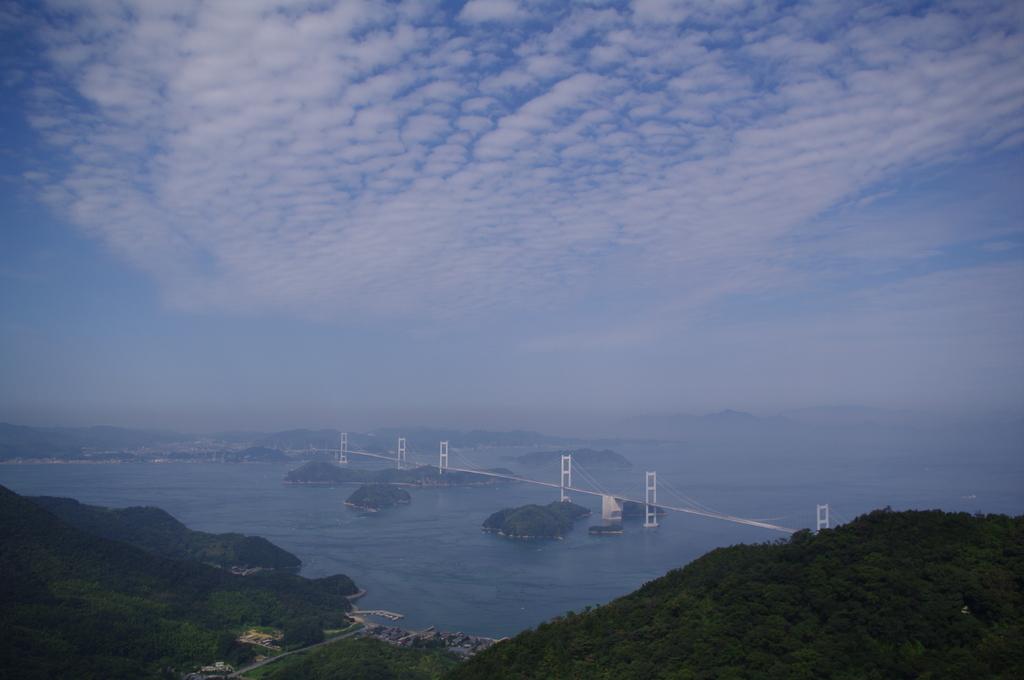 雲と海の間