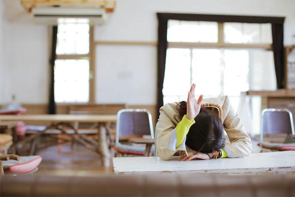 授業中寝ながら参加するやつ