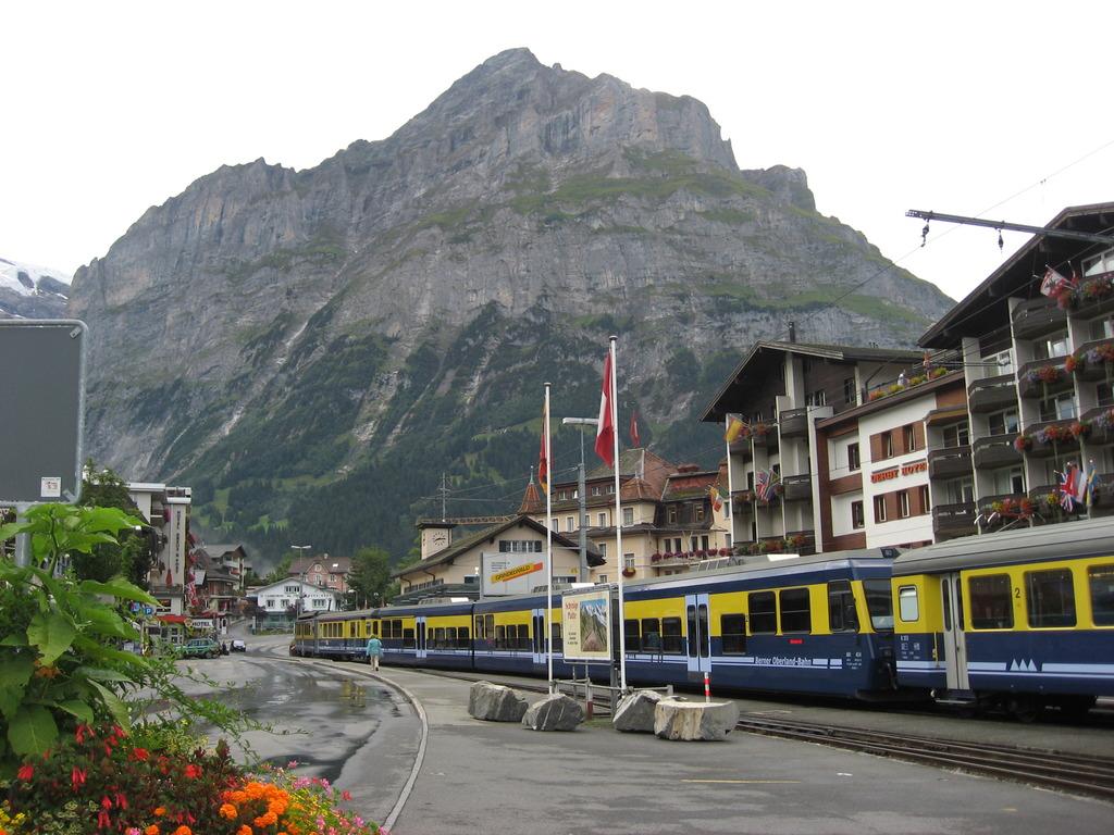 アイガー北壁とグリンデルワルド駅
