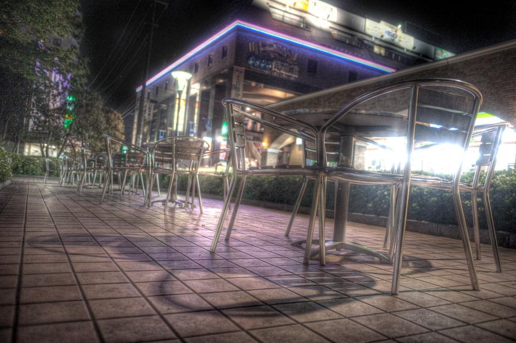 誰もいない夜の駅前