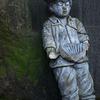 谷中の少年像