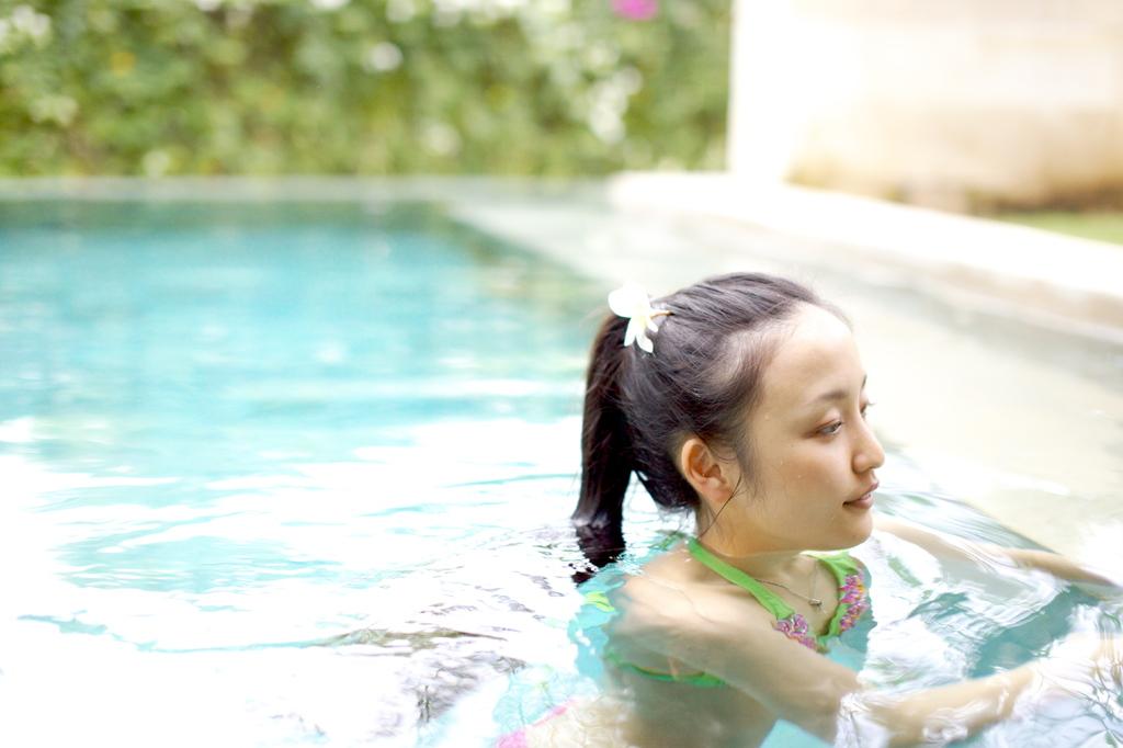 プールにて