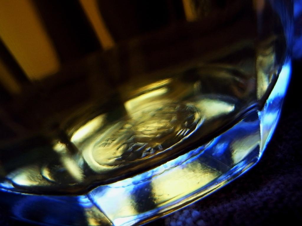 ガラスコップの底はブルー