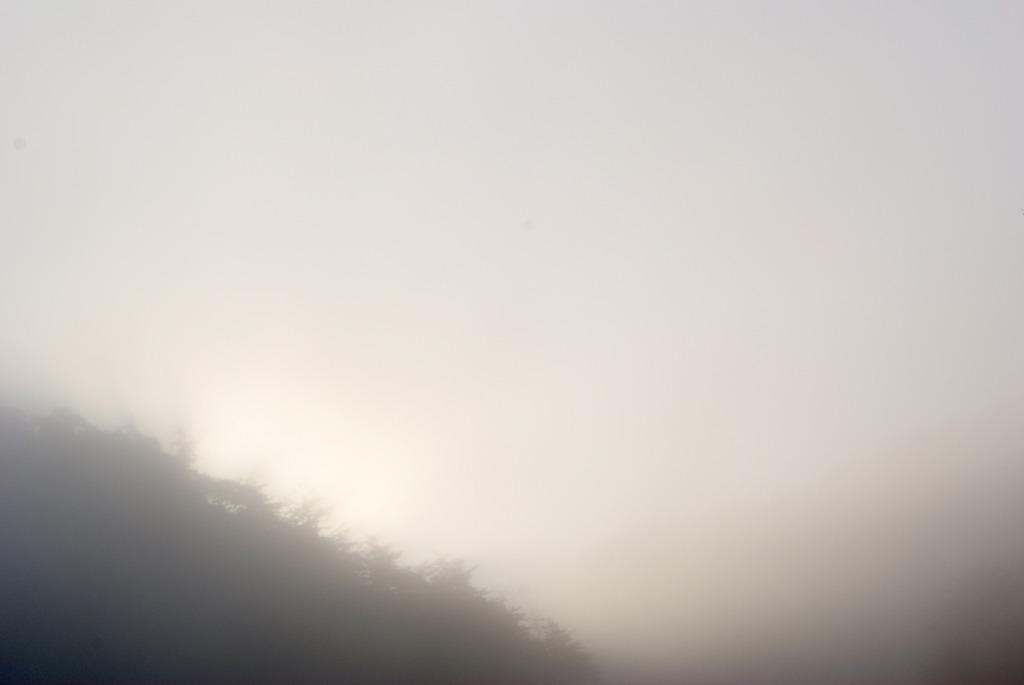 朝霧の中の日の出