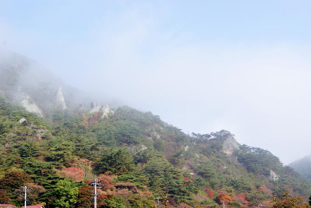 朝もやの中の奇岩群