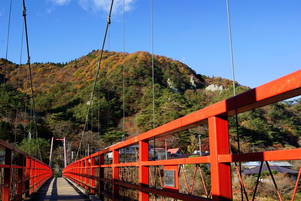 あゆのつり橋上から見た晩秋の矢祭山