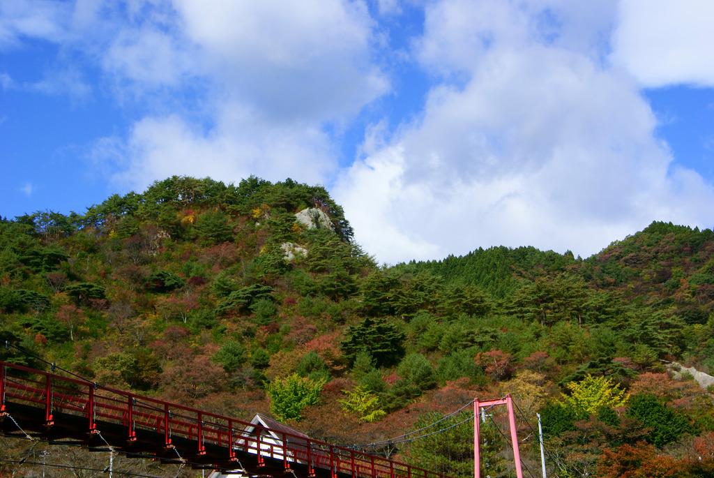あゆのつり橋と色づき始めた矢祭山と台風一過の青空