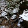 雪の夢想滝遊歩道と石仏