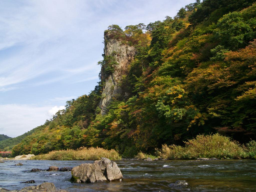 川岸から見た黄葉の乙女ヶ越