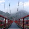 あゆのつり橋上から眺める霧の矢祭山