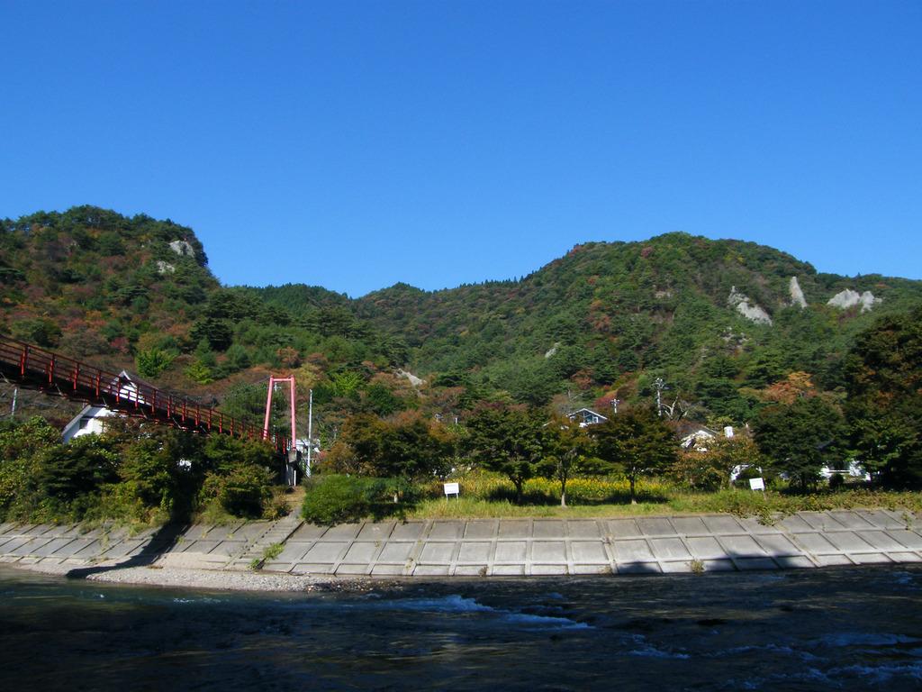 紅葉し始めの矢祭山とあゆのつり橋