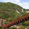 あゆのつり橋と屏風岩