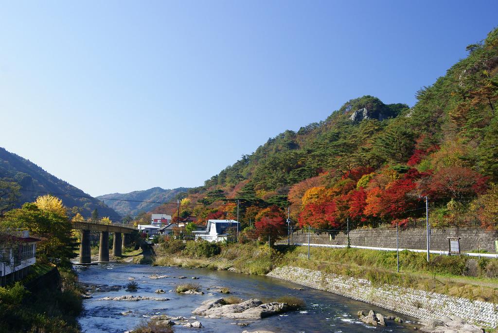 新夢想橋から見た紅葉の矢祭山