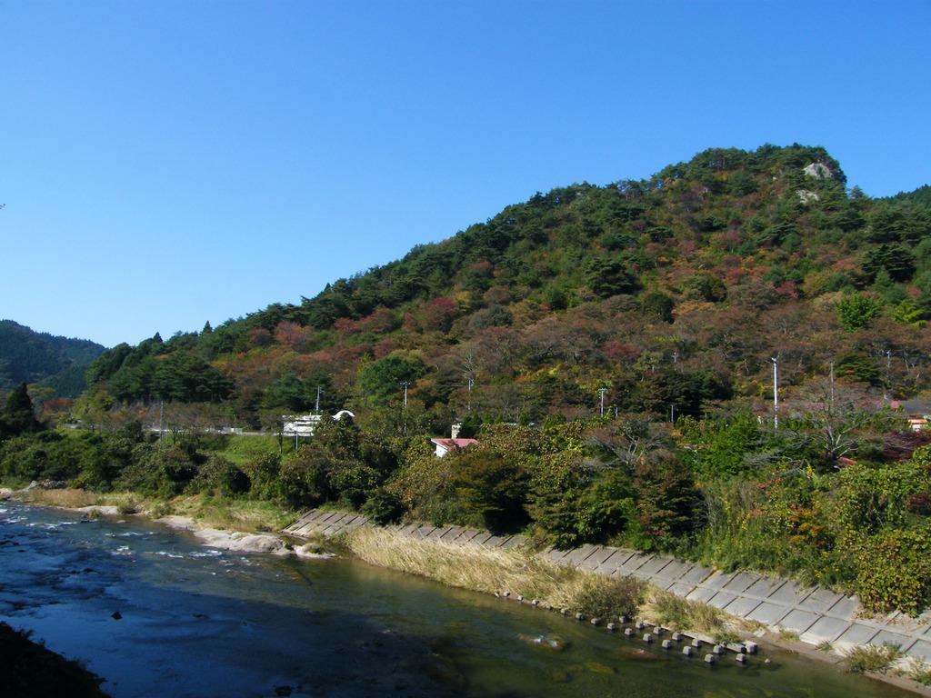 久慈川と紅葉し始めた矢祭山
