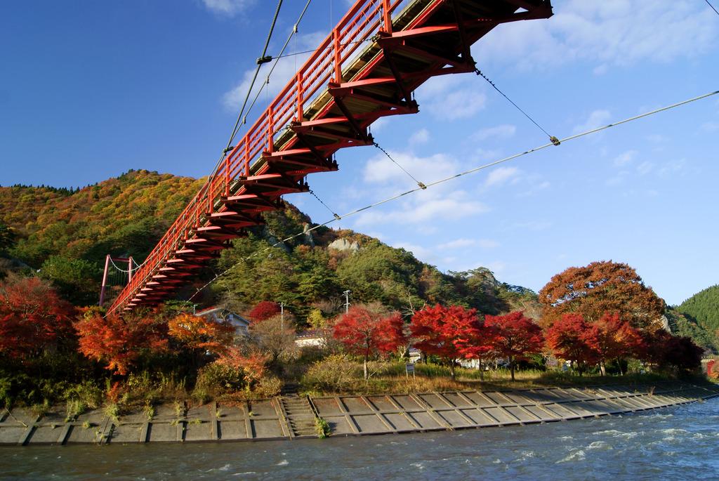 見上げるあゆのつり橋と錦秋の矢祭山・久慈川河畔の紅葉
