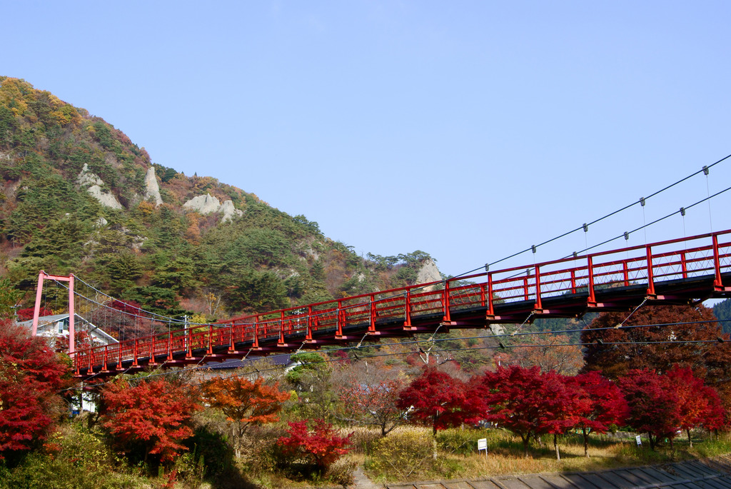 あゆのつり橋と秋の矢祭山の奇岩群