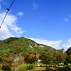 下から見上げたあゆのつり橋と秋の矢祭山と台風一過の青空