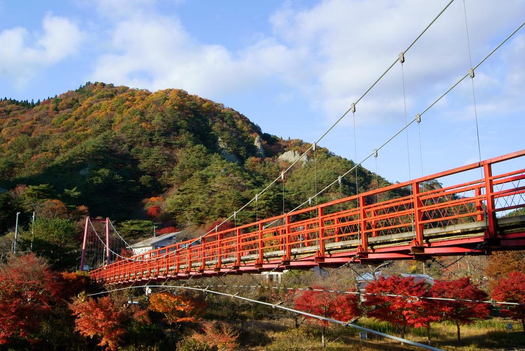 横から見るあゆのつり橋と紅葉燃える矢祭山