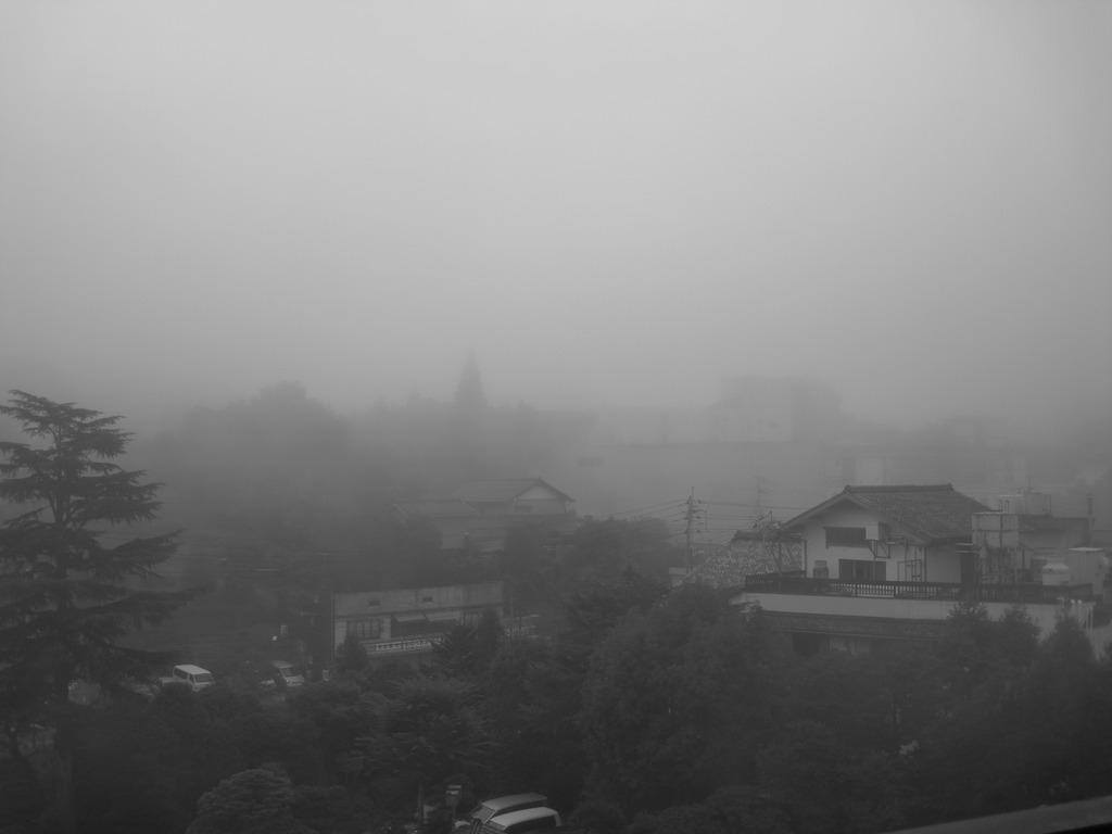 町を包む朝靄