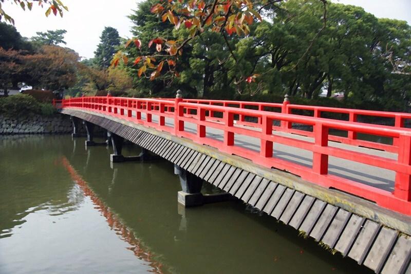 定番の橋、その赤がいい感じ!