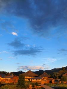 飛鳥寺が夕陽を浴びて・・・